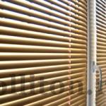 горизонтальные жалюзи на стандартное окно в квартире в спальне золотистого цвета 2000 р.