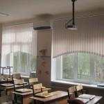 Вертикальные жалюзи с фигурным вырезом ширина 2,1 метра и высота 1,35 метра  для этого окна обойдутся в 2400 рублей.